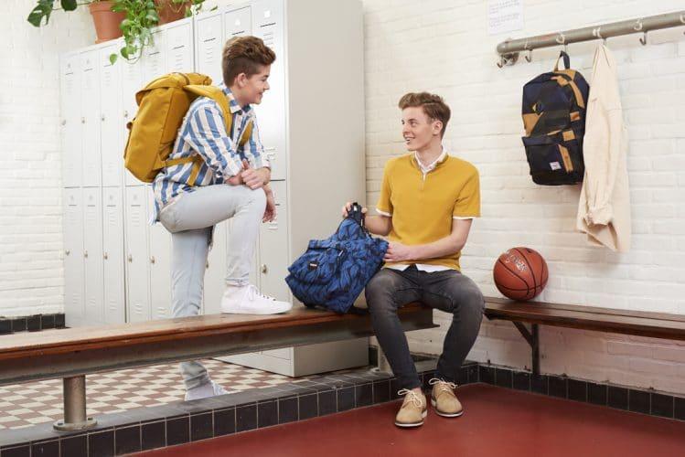 82519b7ca96 De zomervakantie is aangebroken. Schoolverlaters zitten vol zenuwen en  spanning, wachtend op hun eerste jaar op de middelbare school.