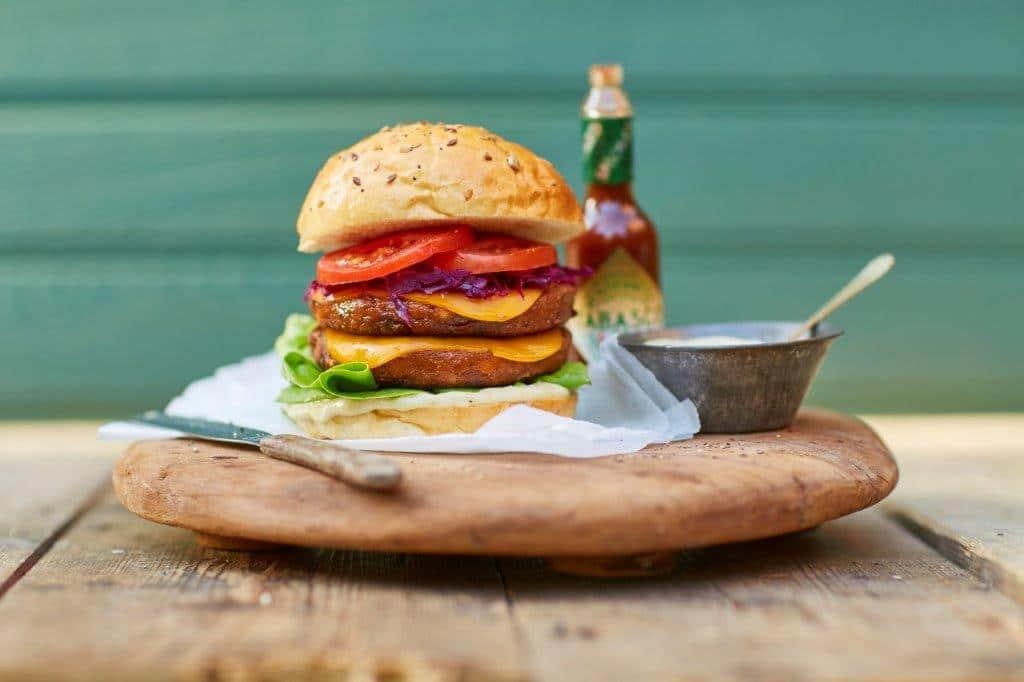Vegaburger met aubergine en Tabasco Chipotle saus