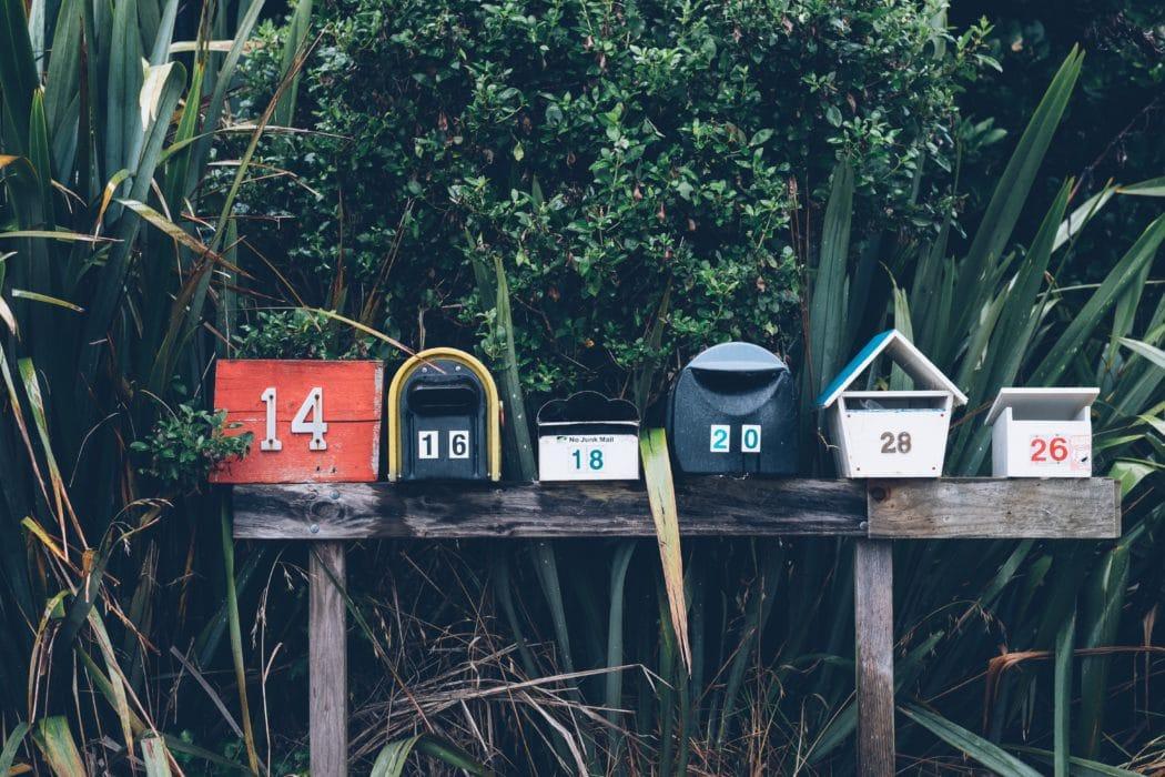 brievenbussen op een rij