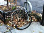 fietswiel aan lantaarnpaal