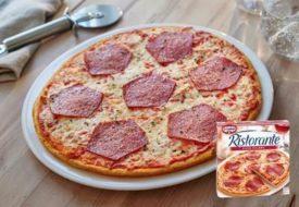 vijfhoekige salami op pizza