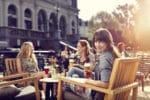 Bier drinken op het terras