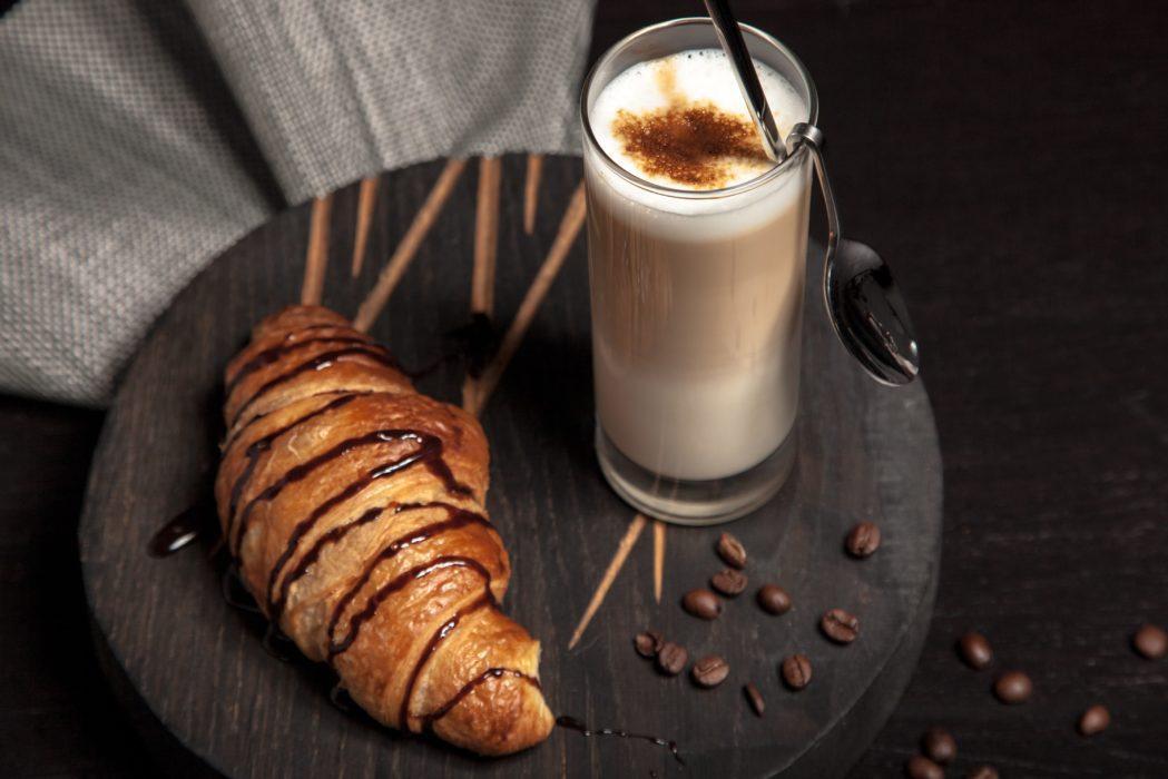 Thema frankrijk koffie met croissant
