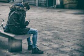 wachten op trein of bus smartphone