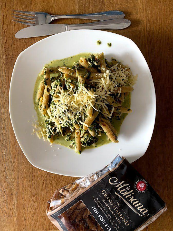 Romige pastaschotel met spinazie, kip en champignons